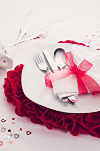 Fotos Valentinstag Grauer Hintergrund Teller Löffel Gabel Herz Schleife Lebensmittel