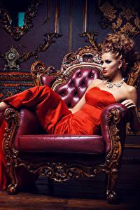 Bilder Schmuck Braune Haare Sessel Kleid High Heels Sitzend Glamour Mädchens