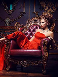 Bilder Schmuck Braune Haare Sessel Kleid High Heels Sitzend Glamour junge frau