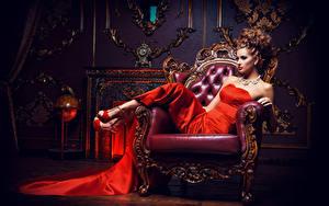 Bilder Schmuck Braune Haare Sessel Kleid High Heels Sitzend Glamour