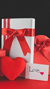 Fotos Valentinstag Rose Schwarzer Hintergrund Herz Geschenke Rot Schleife Blüte