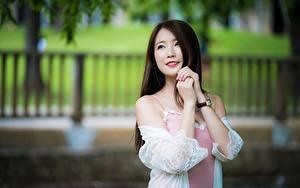 Bilder Asiatisches Bokeh Braunhaarige Hand Starren Lächeln junge Frauen