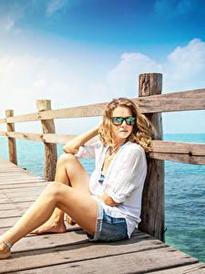 Hintergrundbilder Schiffsanleger Blondine Sitzt Brille Zaun junge frau