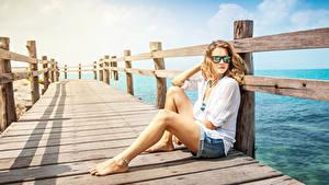 Hintergrundbilder Schiffsanleger Blondine Sitzt Brille Zaun Mädchens