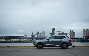Bilder Volvo Crossover Graue Metallisch Seitlich XC60 B5 Inscription JP-spec, 2019 Autos