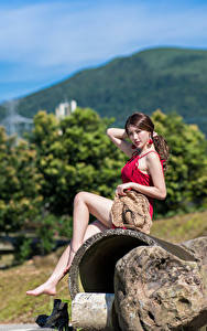 Fotos Asiatische Stein Sitzend Bein Der Hut Kleid Schön Mädchens