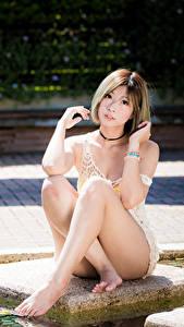 Hintergrundbilder Asiaten Posiert Sitzt Bein Braune Haare Starren junge frau