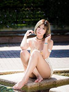 Hintergrundbilder Asiaten Posiert Sitzt Bein Braune Haare Starren