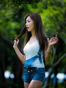 Hintergrundbilder Asiatisches Bokeh Hand Shorts Braunhaarige junge frau