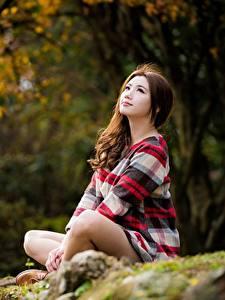 Fonds d'écran Asiatique Assise Bokeh Aux cheveux bruns jeunes femmes