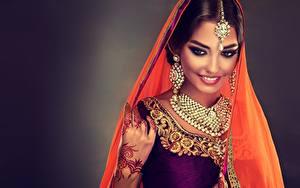 Hintergrundbilder Indian Schmuck Halskette Hübsche Lächeln Make Up Ohrring Sofia Zhuravets junge Frauen
