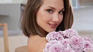 Hintergrundbilder Blumensträuße Chrysanthemen Braunhaarige Haar Starren junge Frauen