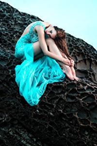 Hintergrundbilder Braunhaarige Kleid Sitzend Felsen Mädchens