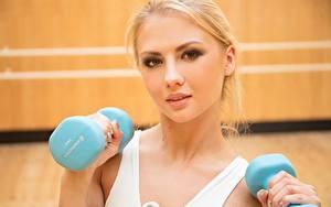 Hintergrundbilder Fitness Hanteln Blond Mädchen Starren Mädchens