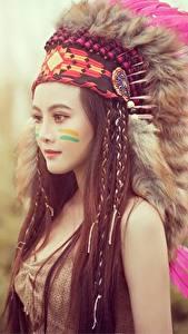 Bilder Federn Warbonnet Indianer Model Braune Haare Schönes