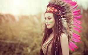 Bilder Federn Federhaube Indianer Model Braune Haare Schön Mädchens