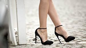 Fotos Großansicht Bein High Heels Schwarz junge frau
