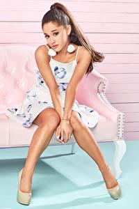 Fotos Bein Sitzend Schön Braunhaarige Model Ariana Grande Prominente Mädchens