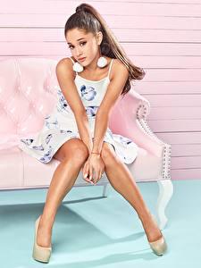 Fotos Bein Sitzend Hübsch Braunhaarige Model Ariana Grande Prominente Mädchens