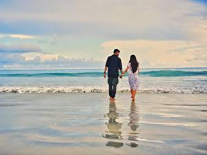 Fotos Meer Wasserwelle Mann Paare in der Liebe Wasser Strände Zwei Gehen Auf ein datum date