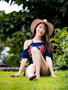 Hintergrundbilder Asiatisches Sitzen Bein Der Hut Starren junge Frauen
