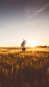 Bilder Morgendämmerung und Sonnenuntergang Felder Horizont Mädchens
