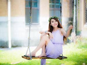 Fotos Asiatische Schaukel Kleid Kranz Unscharfer Hintergrund Süß Sitzend Bein junge Frauen