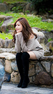Hintergrundbilder Asiatische Steine Sitzend Stiefel Bein Lächeln Braune Haare junge Frauen