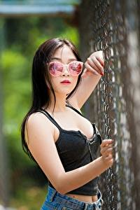 Hintergrundbilder Asiaten Brünette Brille Unscharfer Hintergrund Hand Zaun junge frau