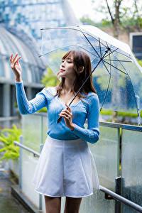 Bilder Asiaten Regen Pose Regenschirm Hand Unscharfer Hintergrund Mädchens