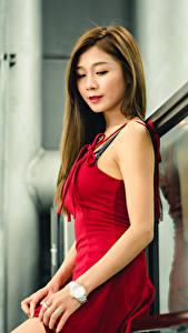 Bilder Asiatische Kleid Rot Hand Braunhaarige Süße Mädchens