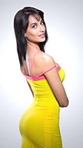 Bilder Model Grauer Hintergrund Brünette Pose Starren Kleid Nora Fatehi Mädchens