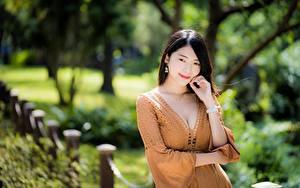 Desktop hintergrundbilder Asiatisches Unscharfer Hintergrund Posiert Kleid Dekolleté Hand junge frau