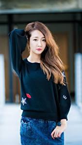Bilder Asiatisches Braune Haare Blick Hand Sweatshirt Bokeh Mädchens