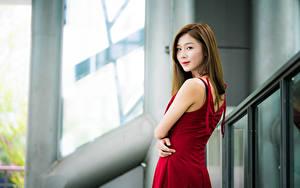 Bilder Asiaten Unscharfer Hintergrund Kleid Braune Haare Starren junge frau