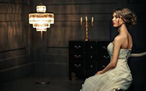 Fonds d'écran Aux cheveux bruns Les robes Lampe Assise jeune femme