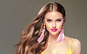 Fotos Grauer Hintergrund Braunhaarige Haar Ohrring Starren Schön Mädchens