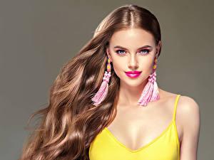 Fotos Grauer Hintergrund Braunhaarige Haar Ohrring Starren Schönes Mädchens