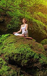 Fotos Steine Felsen Laubmoose Braune Haare Yoga Sitzt Natur Mädchens