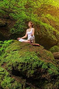 Fotos Steine Felsen Laubmoose Braune Haare Yoga Sitzend Natur Mädchens
