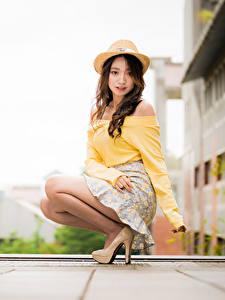 Hintergrundbilder Asiatisches Bokeh Sitzen Rock Bluse Der Hut Braune Haare Blick Mädchens