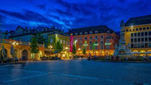 Hintergrundbilder Italien Gebäude Abend Denkmal Platz Straßenlaterne Bäume Bolzano Trentino