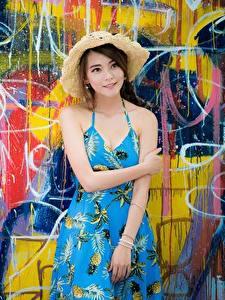 Bilder Asiatische Graffiti Wände Kleid Hand Der Hut junge frau