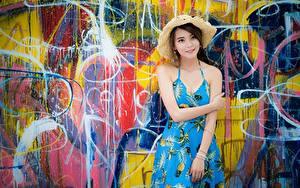 Desktop hintergrundbilder Asiatische Graffiti Wände Kleid Hand Der Hut junge frau