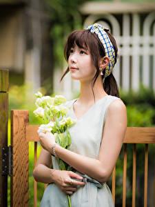 Bilder Asiatische Blumensträuße Bokeh Kleid Braune Haare Blick junge frau