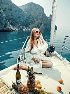 Hintergrundbilder Jacht Ananas Ruhen Brille Sitzen Flasche Picknick junge frau