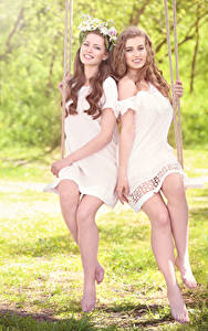 Hintergrundbilder Zwei Braunhaarige Kleid Lächeln Bein Schaukel Schöne Mädchens