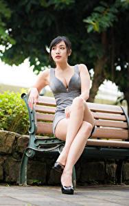 Bilder Asiatische Bank (Möbel) Sitzen Bein Kleid Dekolletee Mädchens