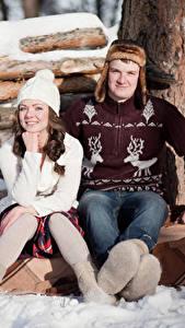 Fotos Winter Mann Schnee Zwei Sitzend Mütze Sweatshirt junge frau