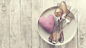 Papéis de parede Dia dos Namorados Tábuas de madeira Prato Coração Garfo Colher Alimentos